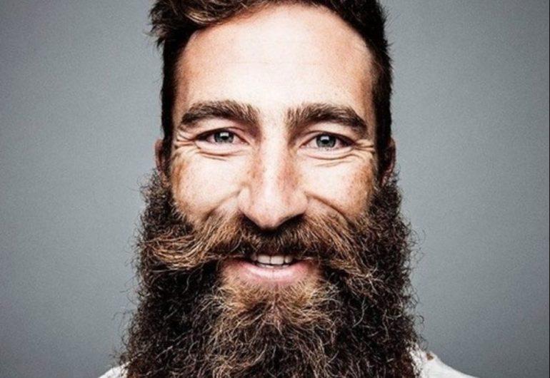 hipster met baard en lang haar